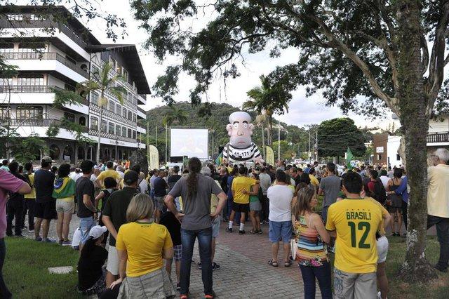 Blumenau - SC - Brasil - 03042018 - Movimento a favor da prisão do ex-presidente Lula. em frente a prefeitura de Blumenau.