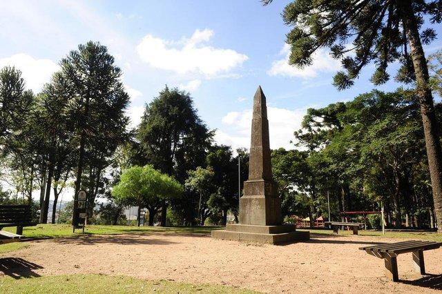 CAXIAS DO SUL, RS, BRASIL (02/09/2014) Obelisco no Parque Cinquentenário. Obelisco instalado em 1925, no Parque Cinquentenário, em Caxias do sul,  por ocasião dos 50 anos de Imigração Italiana no Rio Grande do Sul. Meméoria 114.