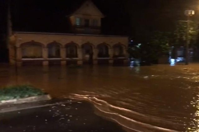 Joinville registra chuva de granizo e alagamentos na noite desta quarta-feira