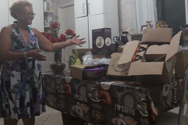 Via Whats - 48 8415-7915A técnica de enfermagem Vera Regina Rodrigues da Costa, de 59 anos, é uma leitora assídua da Hora e também colecionadora dos kits. E aprovou a novidade que está chegando. ¿Esse tipo de potes é muito bom¿, disse a mora do bairro Ceniro Martins, em São José, após ver as fotos de divulgação durante a semana. Como ela faz todas as coleções, aproveita para destacar o que mais gostou. ¿O melhor kit para mim foi o das panelas (Kit Bom de Fogão), são maravilhosas. A garrafa térmica (Kit +Que Café) é uma maravilha. Mas todos são bons, faço todos, é uma cachaça já¿, conta entre risos. Mas nem tudo fica com ela, pois Vera também presenteia familiares e amigos com os brinde. Não tenho mais lugar para colocar tantos kits, revela.Sobre o conteúdo editorial, Vera destaca que lê o jornal todo, mas tem suas preferência. ¿Adoro a coluna do Edsoul. Gosto muito dele e vem muita coisa boa sobre as comunidades ali¿. E como boa avaiana, não perde as notícias do time, assim como também já fez várias receitas que saem nas sexta-feira. E agora vai ter os potes hermeticamente fechados do Trio Versátil para guardar suas delícias.