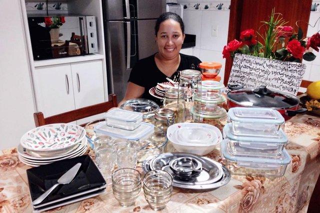 A cozinheira Adriana Taboas, moradora de Capoeiras ¿ Floripa, também é uma grande fã nossa. E a parte que mais gosta é a coluna Receita da Hora, de sextas-feiras. Mas curte futebol também, é Figueirense e está torcendo para rolar um pôster do time campeão. ¿ Eu adoro tudo! Quem lê a HORA está sempre bem informado, tem tudo, tem esporte, serviços, emprego, comunidade, colunas boas ¿ salienta. Adriana conta que faz todos os kits há mais de cinco anos. E adora um pote, por isso, declarou-se apaixonada pelo Kit Trio Versátil. Aliás, ela já tem um em casa, que ganhou em primeira mão. É que ela viu a ação que rolou com os leitores na semana passada na página Fala,Leitor! (páginas 2 e 3 do jornal), participou e não é que ganhou?!