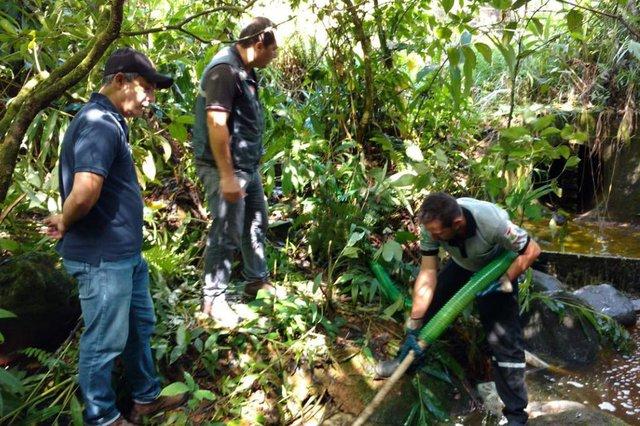 GARUVA, SANTA CATARINA, BRASIL (08/04/2018): Órgãos ambientais trabalham na contenção de produto químico que vazou em rio entre as cidades de Garuva e Guaratuba