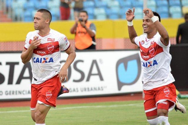 Jogador Ramon do Vila Nova comemora gol durante partida entre Vila Nova e Goiás, válida pelo Campeonato Goiano 2018, no Estádio Olímpico, em Goiânia (GO), neste sábado (3).  Carlos Costa/Futura Press