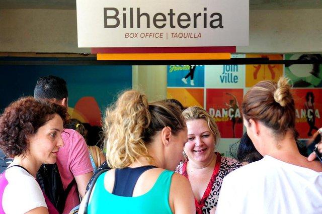 JOINVILLE,SC,BRASIL,10-04-2018.Venda de ingressos para o festival de dança de Joinville,centreventos.Simone Criano (loira de frente)(Foto:Salmo Duarte/A Notícia)