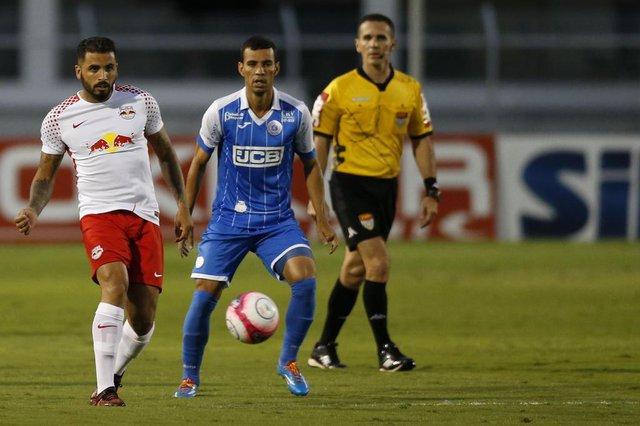 Diogo Oliveira (ao fundo) é destaque do São Bento na Série B