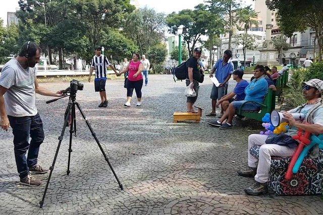 Projeto Compro Sonhos paga R$ 1 para cada pessoa que topar contar seus sonhos em frente à câmera dos documentaristas Robinson Cabral e Breno Dallas.