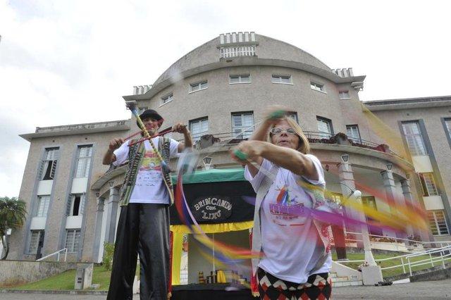 Blumenau - Sc - Brasil - 10042018 - Roberto Vacelai o Beto Malabaris com a esposa Rosinha Walter apresentam a peça Brincando com Lixo no FENATIB.