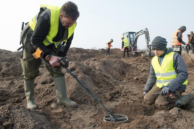 Amateur archaeologist Rene Schoen (L) and 13-year-old student Luca Malaschnichenko look for a treasure with a metal detector in Schaprode, northern Germany on April 13, 2018.The 13-year-old boy and the hobby archaeologist have unearthed a significant trove in Germany which may have belonged to the legendary Danish king Harald Bluetooth who brought Christianity to Denmark. A dig covering 400 square metres (4,300 square feet) that finally started over the weekend by the regional archaeology service has since uncovered a trove believed linked to the Danish king who reigned from around 958 to 986. Braided necklaces, pearls, brooches, a Thors hammer, rings and up to 600 chipped coins were found, including more than 100 that date back to Bluetooths era. / AFP PHOTO / dpa / Stefan Sauer / Germany OUTEditoria: ACELocal: SchaprodeIndexador: STEFAN SAUERSecao: archaeologyFonte: dpaFotógrafo: STR