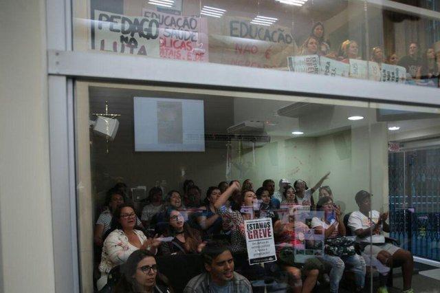 Sob protestos, caráter urgentíssimo ao projeto das OS é debatido na câmara de Florianópolis