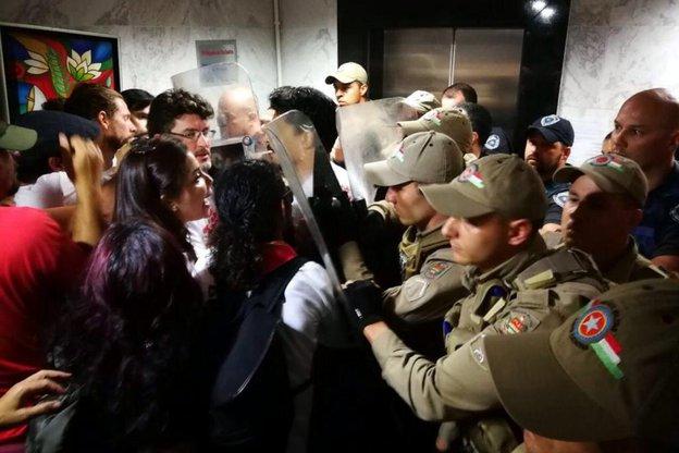 Manifestantes tentaram entrar na Câmara, mas foram duramente repreendidos pela Polícia Militar e pela Guarda Municipal de Florianópolis (Diário Catarinense/Betina Humeres)