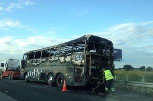 Veículo ficou completamente destruído pelas chamas na tarde deste sábado (Especial/Romi de Liz)