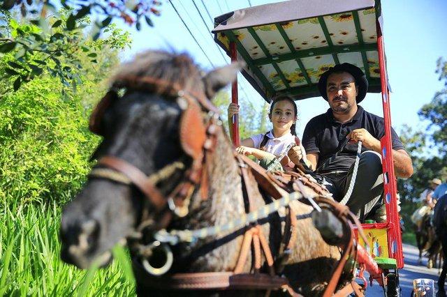 PORTO ALEGRE, RS, BRASIL, 22/04/2018:  25º Cavalgada em homenagem a São Jorge na zona sul de Porto Alegre. Na foto: João Paulo Silva e a filha Sofia, com o ponei Moro.
