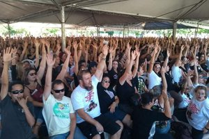 Greve foi mantida após decisão em assembléia na Praça Tancredo Neves (Divulgação/Sintrasem)