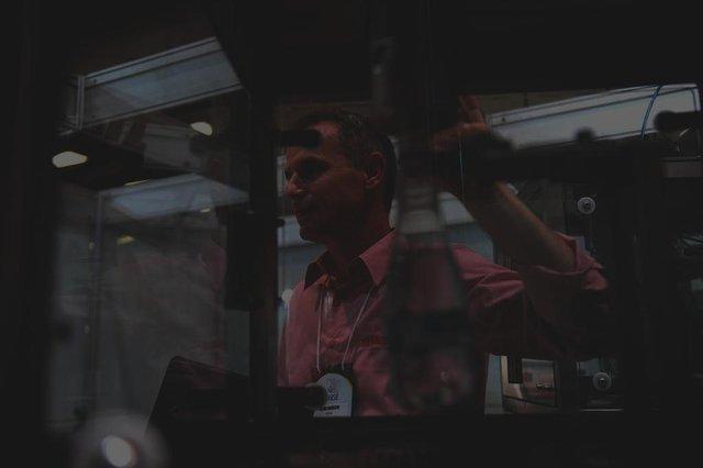 Bento Gonçalves, RS, Brasil 25/04/2017Feira Envase BrasilEmpresa MesalRodrigo Brandalise, gerente de processos, no equipamento chamado enchimento eletrônico, lançamento na feiraLucas Amorelli/Agência RBS