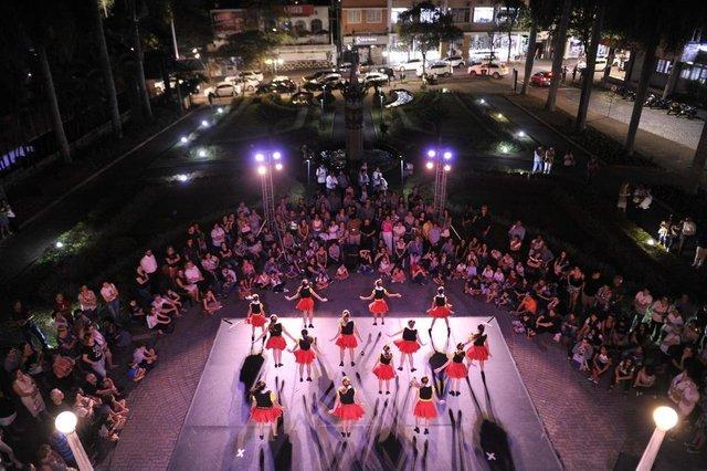 Blumenau - SC - Brasil - 25042018 - Dia da Dança é celebrado em Blumenau, Alunos do Pró-Dança em apresentação aberta ao público no Teatro Carlos Gomes