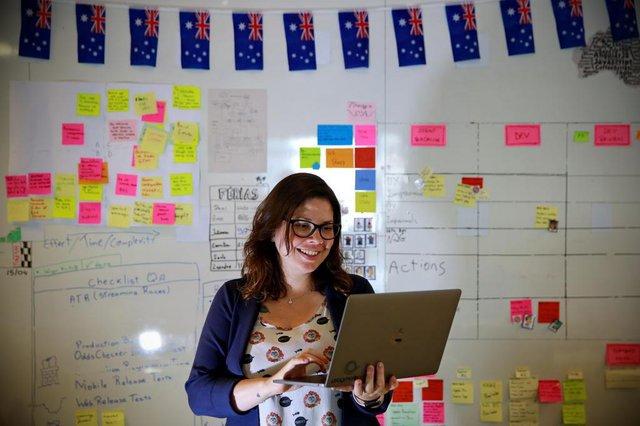 PORTO ALEGRE, RS, BRASIL, 18-04-2018: Retrato da UX (iu-éks) Designer Juliana Dorneles, que atua na DBServer. É uma área que se preocupa com o ponto de contato de um software com as pessoas. Atualmente, ela trabalha no projeto de um site de apostas da Austrália. Matéria especial O futuro do trabalho já começou, do caderno DOC. Como os profissionais têm se qualificado para se manter competitivos para o mercado de trabalho? (FOTO: CARLOS MACEDO/AGÊNCIA RBS)