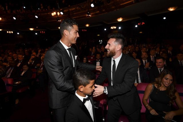 Nominees for the Best FIFA football player, Barcelona and Argentina forward Lionel Messi (R) and Real Madrid and Portugal forward Cristiano Ronaldo (L) chat before taking their seats for The Best FIFA Football Awards ceremony, on October 23, 2017 in London. / AFP PHOTO / Ben STANSALL