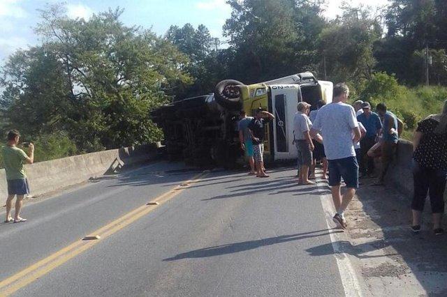 caminhão tombou na BR-470 na divisa entre Rodeio e Ascurra