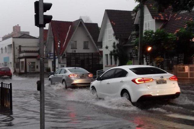 Chuva causa alagamentos em ruas do Centro de Joinville