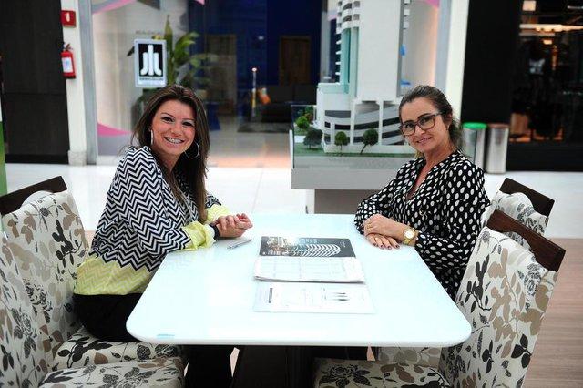 CAXIAS DO SUL, RS, BRASIL, 02/05/2018. 14º Feirão de Imóveis Sinduscon, no Shopping Iguatemi Caxias do Sul, tem a presença de 14 construtoras e duas imobiliárias. Corretoras Analice Tonon (e) e Sandra Bortolosso (d)  (Diogo Sallaberry/Agência RBS)