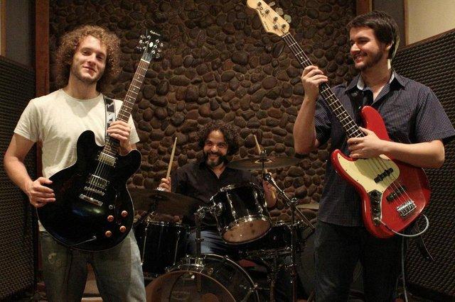 Blues da Casa Torta:  Bernardo Scarton (guitarra e voz), Filipe Siak (baixo) e Hamilton Felix (bateria)