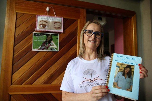 IGREJINHA-RS- BRASIL- 03/05/2018- Entrega da Ferramenta para Comunicação de Valquíria Sohne, vítima de um AVE ¿ Acidente Vascular Encefálico. Valquíria se comunicava ao piscar os olhos, agora foi desenvolvido uma ferramenta para melhorar a comunicação. na foto Iraci Fiedler, amiga que ajudou valquíria a escrever um livro. FOTO FERNANDO GOMES / ZERO HORA.