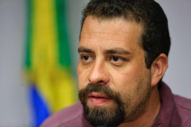 PORTO ALEGRE, RS, BRASIL, 20-04-2018. O candidato à presidência Guilherme Boulos (PSOL) concede entrevista coletiva na Assembleia Legislativa do RS. (Foto: Mateus Bruxel / Agência RBS)