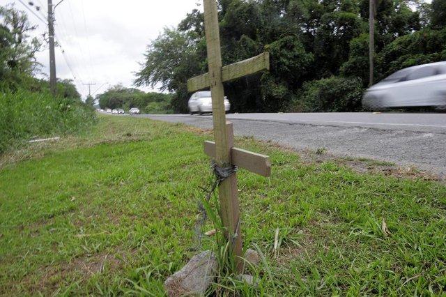 SÃO FRANCISCO DO SUL,01-05-2018.Promessa de duplicação da Br 280.Cruz simboliza vidas perdidas ao  longo da Br 280.(Foto:Salmo Duarte/A Notícia)