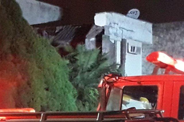 Homem morre após telhado de casa desabar em Joinville