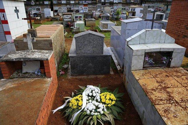 CACHOEIRINHA, RS, BRASIL, 07-05-2018: Coroa de flores sobre o túmulo do ex-morador de rua José da Costa, o Zé Louco, no Cemitério Municipal de Cachoeirinha. Ele faleceu na semana passada e a prefeitura decretou três dias de luto oficial na cidade pelo acontecimento. (Foto: Mateus Bruxel / Agência RBS)