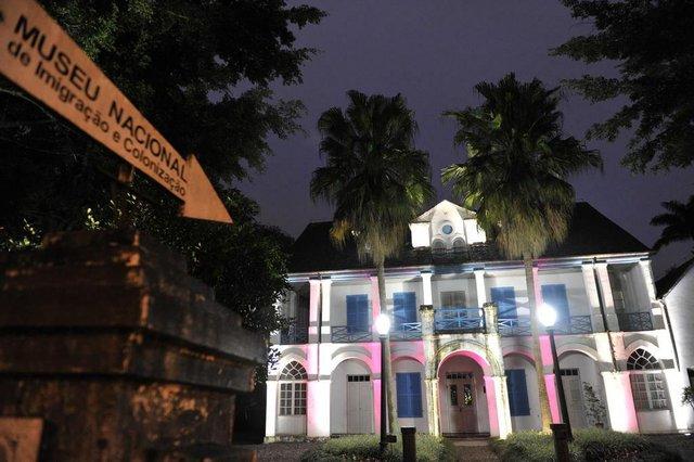 Museu Nacional da Imigração e Colonização com iluminação colorida.