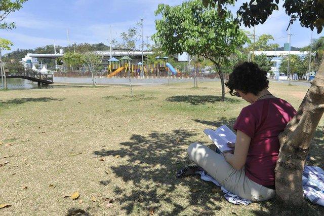 Leitura no parque Ramiro Ruediger