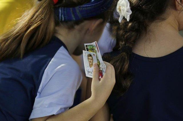 PORTO ALEGRE, RS, BRASIL, 08/05/2018: Colégio faz reunião para alunos trocarem figurinhas do álbum da Copa.