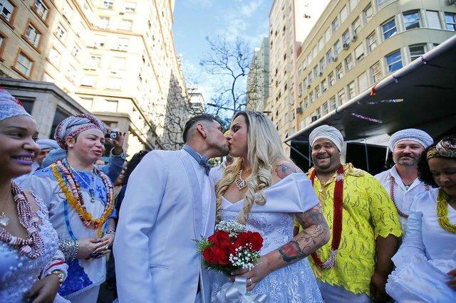PORTO ALEGRE, RS, BRASIL, 17-05-2018: Casamento de mulher transgênero na Equina Democrática, em celebração feita por um Babalorixá, fez parte de ação do Dia Mundial de Combate à LGBTfobia (FOTO FÉLIX ZUCCO/AGÊNCIA RBS, Editoria de Porto Alegre).