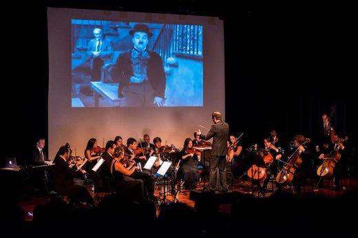 A Camerata Florianópolis realiza o espetáculo Música para Cinema na Avenida Beira-Mar Norte neste domingo (Divulgação/Tóia Oliveira)