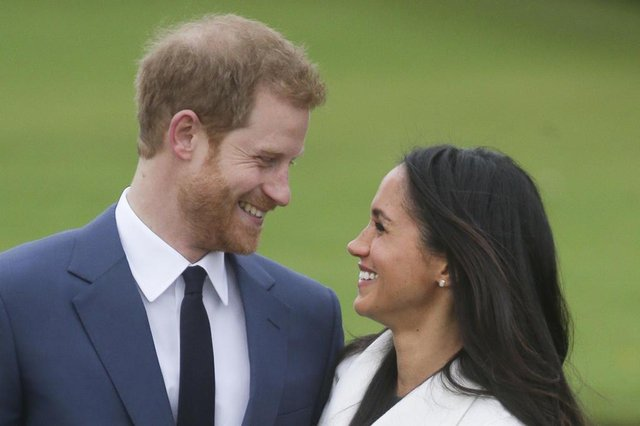 O prícipe Harry se casa neste sábado (19/05) com a atriz Meghan Markle.(FILES) In this file photo taken on November 27, 2017 Britains Prince Harry and his fiancée US actress Meghan Markle pose for a photograph in the Sunken Garden at Kensington Palace in west London on November 27, 2017, following the announcement of their engagement.Prince Harry, who marries US former actress Meghan Markle on May 19, 2018 has been transformed in recent years from an angry young man into one of the British royal familys greatest assets. / AFP PHOTO / Daniel LEAL-OLIVASEditoria: HUMLocal: LondonIndexador: DANIEL LEAL-OLIVASSecao: imperial and royal mattersFonte: AFPFotógrafo: STR