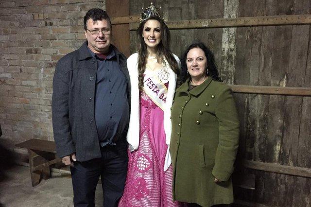 Forqueta faz festa para a rainha da Festa da Uva 2019, Maiara PerottoniNa foto, Maiara e os pais,  o agricultor Ademir e a aposentada Gesmari.