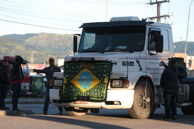 IMBITUBA, 2105/2018. Paralisação greve geral dos caminhoneiros ne BR-101 em Imbituba, Sul do Estado, em frente a Ferju. greve, caminhoneiros, greve geral, br-101, imbituba, protestyo, fog