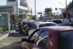 Bruna Strebe teve que abastecer com álcool porque já não havia mais gasolina (A Notícia/Salmo Duarte)