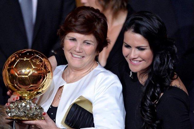A mãe de Cristiano Ronaldo, Dolores Aveiro,  e a irmã, Katia, estiveram em Zurique, na Suíça. Ao final da cerimônia, elas fizeram questão de posar para fotos com o troféu Bola de Ouro. FABRICE COFFRINI/AFP Clube da Bolinha