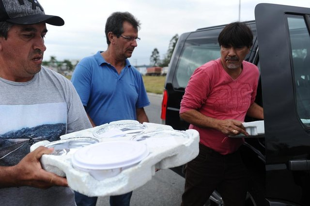 construtor Osvaldo de Souza, de Blumenau entregando alimentos para os manifestantes