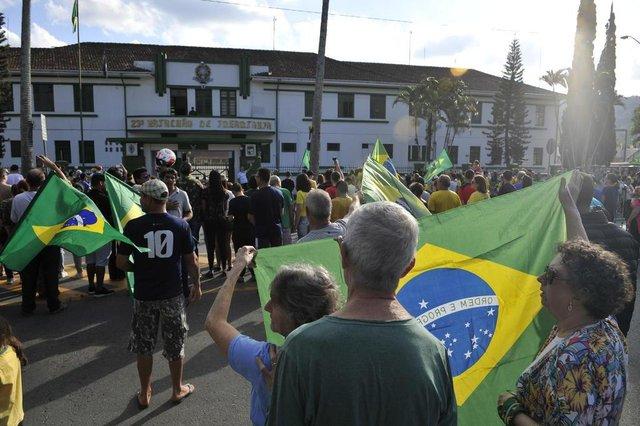 Blumenau - SC - Brasil - 27052018 - Manifestação em frente ao 23BI batalhão do Exercito em Blumenau.