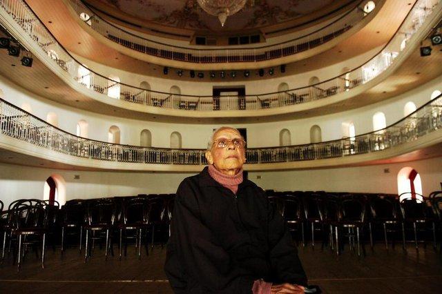 - Lorena Lima Carvalho morou no Theatro São Pedro durante 22 anos. Morava na parte de baixo do theatro.Visita e recorda o tempo de criança.