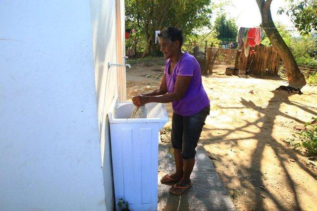 VIAMÃO RS-BR 29.05.2018Após 10 anos de espera a Funasa entrega os banheiros no quilombo Capão da Porteira.Alvina Pereira Fraga (80),  mostrando o banheiro novo da sede do quilombo.FOTÓGRAFO: TADEU VILANI AGÊNCIARBS