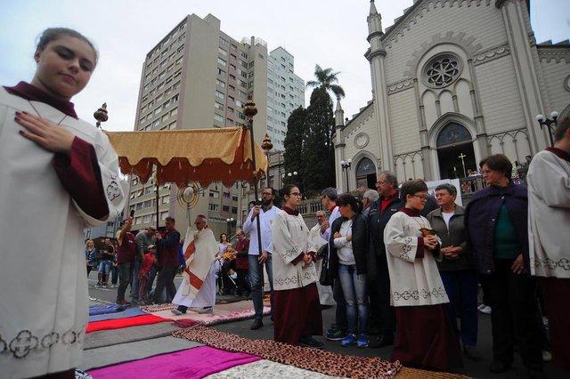 CAXIAS DO SUL, RS, BRASIL 31/05/2018Missa e procissão de Corpus Christi em frente a Catedral de Caxias do Sul. Centenas de pessoas se reuniram em torno da Praça Dante Alighieri. (Felipe Nyland/Agência RBS)
