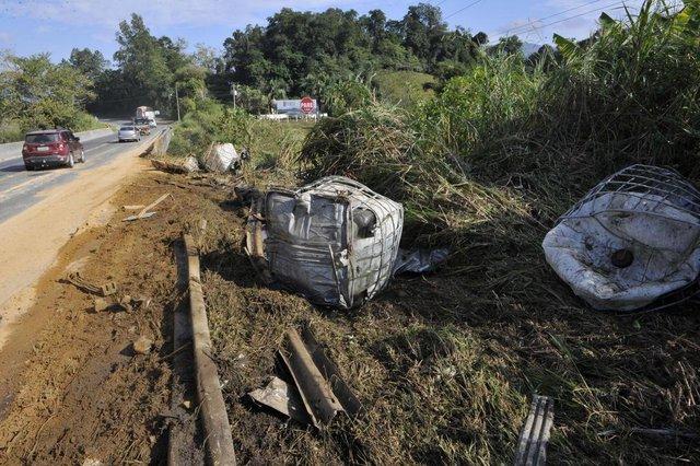 Rodeio - SC - Brasil - 01062018 - Caminhão perde carga de 12 mil litros de produtos quimicos na BR470 em Rodeio.