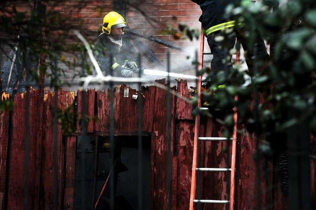 CAXIAS DO SUL, RS, BRASIL, 02/06/2018. Um incêndio destruiu duas casas na Rua Fortunato Maschio, no bairro Marechal Floriano, na tarde deste sábado, em Caxias do Sul. Ninguém se feriu. Uma das moradias, de madeira, foi totalmente consumida pelas chamas. Um morador que estava na residência conseguiu deixar o imóvel quando percebeu o fogo e não se machucou. A outra casa, construída em madeira na parte superior e alvenaria na inferior, estava vazia. Desta última restaram apenas os tijolos.O Corpo de Bombeiros realiza o trabalho de resfriamento das residências vizinhas. Ainda não se sabem as causas do fogo. (Diogo Sallaberry/Agência RBS)