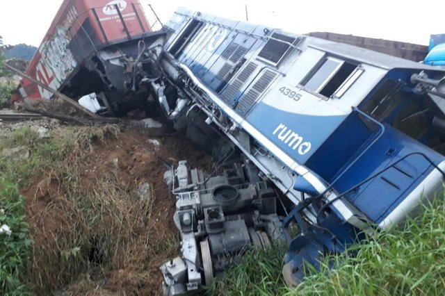 Trem descarrila após acidente com caminhão na Rodovia do Arroz