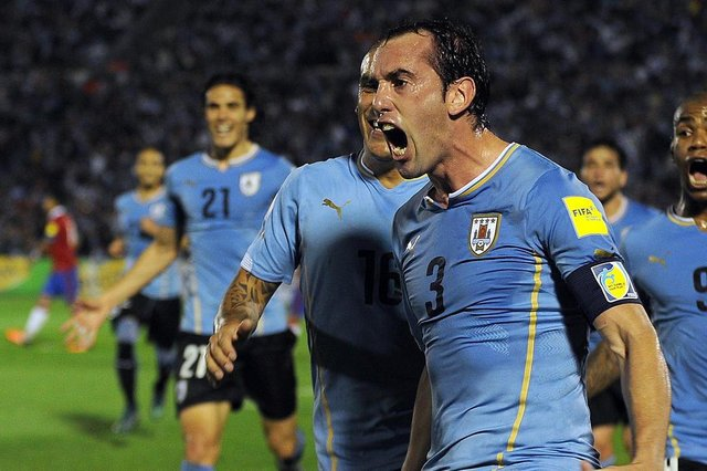 Uruguays Diego Godin celebrates after scoring against Chile during their Russia 2018 FIFA World Cup South American Qualifiers football match, in Montevideo, on November 17, 2015.   AFP PHOTO / MIGUEL ROJO