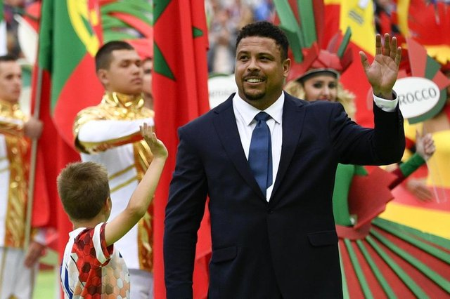 Brazilian football ledgend Ronaldo (R) waves during the opening ceremony  before the Russia 2018 World Cup Group A football match between Russia and Saudi Arabia at the Luzhniki Stadium in Moscow on June 14, 2018. / AFP PHOTO / Alexander NEMENOV / RESTRICTED TO EDITORIAL USE - NO MOBILE PUSH ALERTS/DOWNLOADSEditoria: SPOLocal: MoscowIndexador: ALEXANDER NEMENOVSecao: soccerFonte: AFPFotógrafo: STF